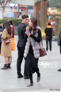 街拍:冬季穿搭少不了一款经典长筒袜,修饰腿型又显时尚性感!