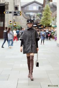 街拍:羊毛绒外套太受宠,小姐姐们都在穿,秒变精致少女的秘籍!