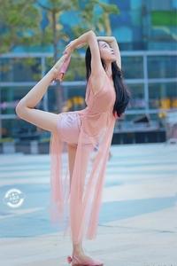 街拍:身体柔韧性很好的粉色连衣裙小姐姐
