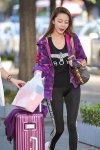 街拍:打底裤配紫色外套, 秋日优雅从容